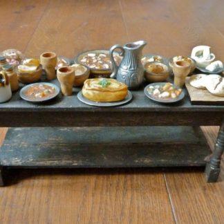 Üppig dekorierter Tisch. Handarbeit/England. Einzelstück.