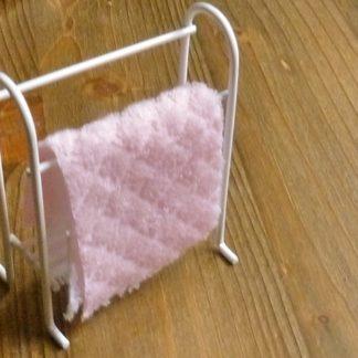Handtuchständer  (Metall bemalt) mit Frottée-Tüchern.
