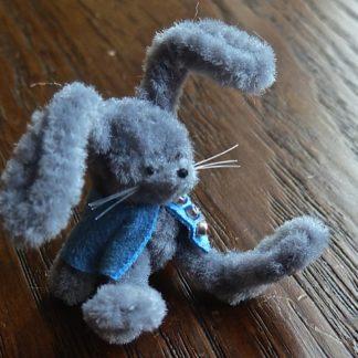 Miniaturhase (grau/blau). Handarbeit/England.