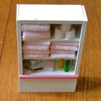 Badezimmerregal (rosa) gefüllt.