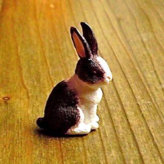 Kaninchen (braun/weiss), sitzend. Kunstharz.