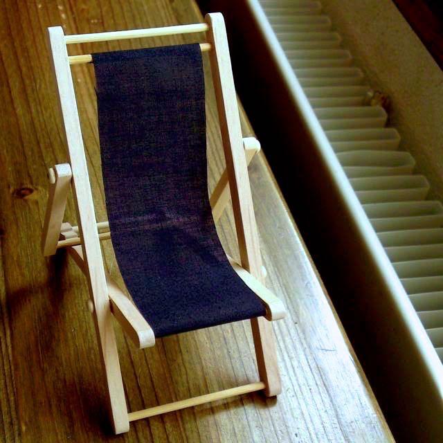 Holzliegestuhl Bezug schwarz.