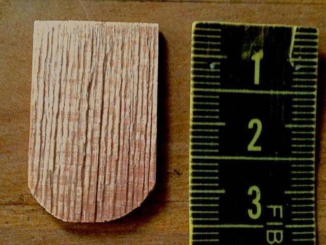 300 (ca.) Holz-Schindeln/-Ziegel. Etwas dunklere Töne gemischt.