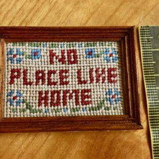Bild (No Place Like Home, gestickt, weinrot). Rahmen dunkel. Red
