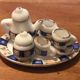 Kaffeeservice (blau/gold mit Röschen). Porzellan.