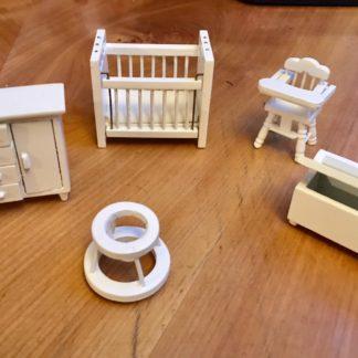 Kinderzimmer-Möbel. Holz bemalt. 1 : 24.